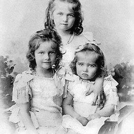 wikimedia.org nuotr./Romanovų dinastijos Rusijos caro Nikolajaus II dukros Olga, Tatjana ir Marija 1901 metais