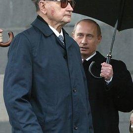 "AFP/""Scanpix"" nuotr./Wojciechas Jaruzelskis su Rusijos prezidentu Vladimiru putinu 2005-aisiais"