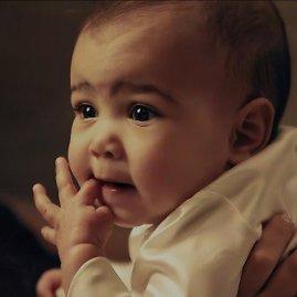 """Stop kadras/Kim Kardashian ir Kanye Westo dukra North """"Vogue"""" fotosesijoje"""