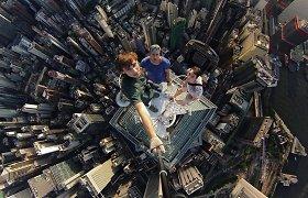 """""""Pamišę rusai"""" pasidalijo nauju vaizdo klipu – asmenukes darėsi Honkonge 189 m aukštyje"""