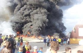Vilniuje pleškėjo trys angarai: per sprogimą sužeisti žmonės, dangų užtemdę dūmai priminė vulkaną