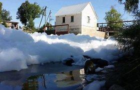Ant Šešupės kranto gyvenantiems žmonėms atsakymų, kas putų vonia pavertė jų upę, teks palaukti