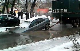 Incidentas: gelbėtojai Maskvoje perplėšė automobilį per pusę