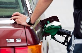 Kodėl sparčiai krintant naftos žaliavos kainoms Lietuvoje degalai pinga tik simboliškai?