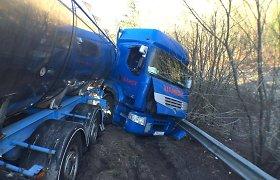Kauno rajone nuo kelio nuvažiavo chemikalus gabenęs lenkų vilkikas