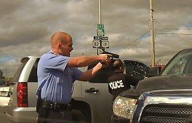 """Ginkluotas užpuolikas nesėkmingai bėgo nuo policijos """"Toyota Tundra"""" pikapu"""