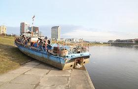 """Ledonešio dovana: Neries pakrantėje """"priparkuotas"""" laivas"""