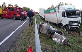 """Kelyje į Uteną nuo kelio nuvažiavo """"Norfos"""" sunkvežimis"""