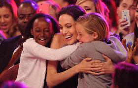 Po kiaušidžių pašalinimo operacijos Angelina Jolie viešumoje pasirodė kartu su dukromis