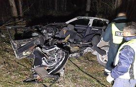"""Pakeliui į Salantus """"Audi"""" triuškinamai rėžėsi į medžius – žuvo 23 metų vairuotojas"""