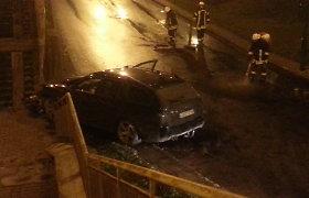 BMW avarija Klaipėdoje: nesuvaldęs automobilio posūkyje rėžėsi į tvorą