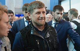 Snaiperio šautuvą laikančio Ramzano Kadyrovo nuotrauka sulaukė dygių pašaipų