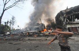 Indonezijos karinio lėktuvo katastrofą tikriausiai sukėlė variklio gedimas