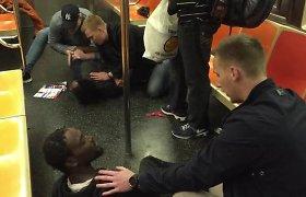 Atostogaujantys švedų policininkai Niujorke tapo didvyriais – metro sulaikė užpuoliką