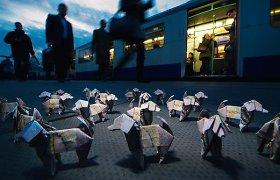 Londone išdėlioti šimtai iš banknotų išlankstytų origamių