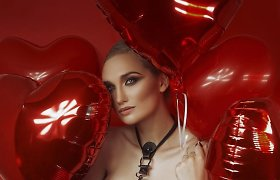Šv.Valentino dienos nešvenčianti Gintarė Songailė pozavo meilės aksesuarų fotosesijoje
