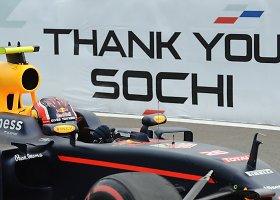 """""""Red Bull"""" pilotas Daniilas Kvyatas Sočyje taranavo Sebastieną Vettelį"""