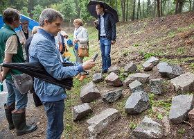 Žydų paminkliniai akmenys pagarbiai sugrįžta į senąsias žydų kapines Olandų gatvėje