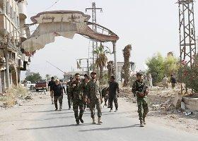 Sirijos sukilėliai ir civiliai penktadienį pradėjo evakuotis iš Darajos miesto