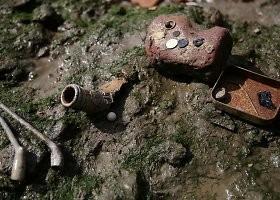 Temzės upės purve lobių ieškantys britai džiaugiasi rastais objektais