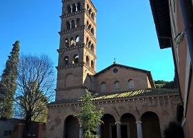 Auksinės onikso šviesos nužerta bažnyčia Romoje