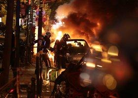Paryžiuje tęsiasi demonstrantų ir policijos susirėmimai