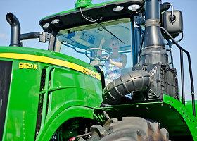 Vaida Genytė pirmą kartą atsisėdo į traktorių