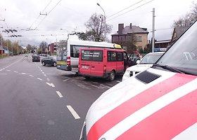 Kaune į avariją pateko keleivinis mikroautobusas