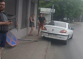 """Kaune """"Peugeot"""" trenkėsi į namo sieną"""