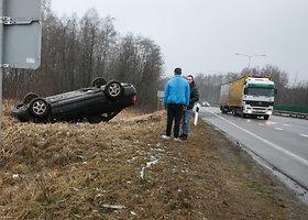 """Prie Kauno apsivertė """"Audi A4"""""""