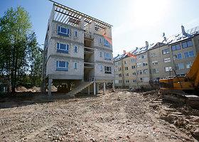 Kaimynai statybininkus kaltina statybinio laužo slėpimu žemėje