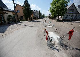 Kauniečiai gatvės duobes lopo betonu