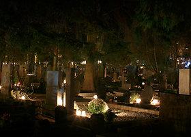 Kauno kapinėse sužibo Vėlinių žvakės