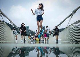 Ant aukščiausio pasaulyje stiklo tilto – be asmenukių lazdų ir aukštakulnių