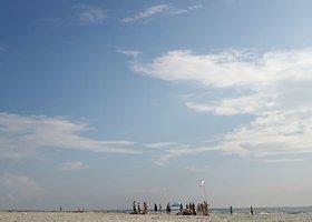Pasipiktinta: Klaipėdos paplūdimyje nusileido nuogų vyrų desantas