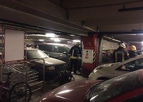 """""""Panoramos"""" požeminėje stovėjimo aikštelėje užsidegė automobilis"""