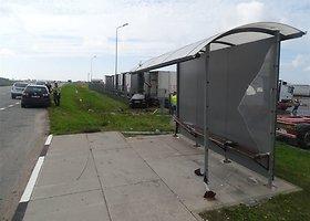 Klaipėdos rajone BMW vairuotojas nuvertė stotelę