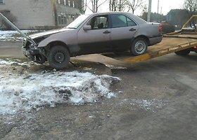 Utenoje girtas vairuotojas rėžėsi į kelio ženklą