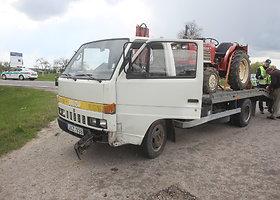 """Prie Panevėžio susidūrė traktorių vežęs krovininis automobilis ir """"Audi"""""""