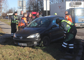 """Panevėžyje vilkiko vairuotojas rėžėsi į """"Peugeot"""""""