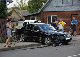 """Panevėžyje su """"Volvo"""" susidūręs """"Mercedes"""" išlaužė tvorą"""