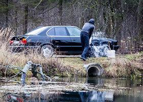 Verkių regioninio parko centre vaikinas plauna BMW