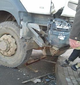 Klaipėdoje taksi susidūrė su sunkvežimiu, sužalotas žmogus