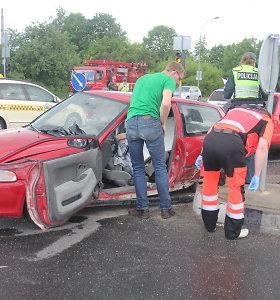 """Panevėžyje """"Audi"""" suknežino sankryžoje į kairę sukusį """"Honda"""" automobilį – sužalota moteris"""