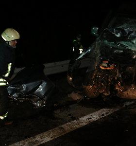 """Magistralėje """"Via Baltica"""" – kraupi mikroautobuso ir BMW kaktomuša, žuvo jaunas vairuotojas"""