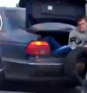 """Internetas lūžta iš juoko: rusai pribloškė nauju automobilų """"buksyravimo"""" metodu"""