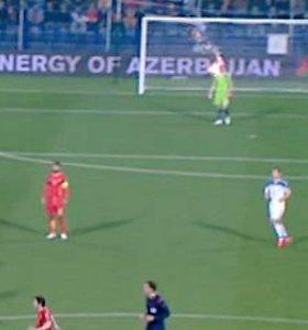 Rusijos ir Juodkalnijos rungtynėse į Igorį Akinfejevą pataikė sirgalių mestas padegamasis užtaisas