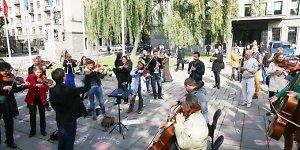 Apie dešimtąjį sezoną Kauno miesto simfoninis orkestras paskelbė flashmob akcija