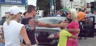 Eilėse prie išvažiavimo iš Krymo stovintiems rusams neparduos alkoholio, nes jie sužvėrėja