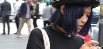Gatvės stilius: ryškiaspalvių plaukų tendencija ir dviprasmiški aksesuarai
